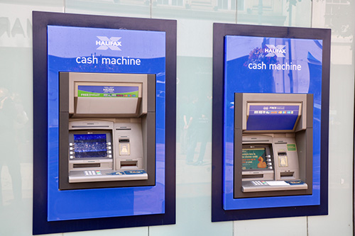 Jak vybrat v cizině peníze z bankomatu co nejlevněji?